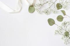 被称呼的储蓄照片 女性与婴孩` s呼吸麦的婚礼桌面大模型开花,干燥绿色玉树叶子 图库摄影