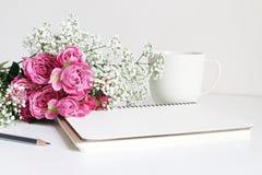 被称呼的储蓄照片 婚礼花束特写镜头由桃红色玫瑰和婴孩` s呼吸,麦制成开花说谎在白色 免版税库存图片