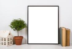 被称呼的桌面,空的框架,绘的艺术海报内部嘲笑 免版税库存照片