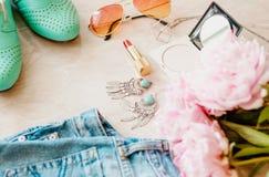 被称呼的舱内甲板位置背景 与牛仔裤和鞋子的桃红色牡丹花 库存照片