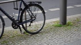 被窃取的自行车、轮子和挂锁当场离开 股票视频