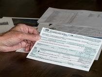 1040被简化的形式允许归档在明信片的税 库存图片