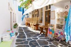 被粉刷的狭窄的街道在米科诺斯岛海岛,基克拉泽斯,希腊 免版税库存照片
