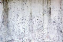 被粉刷的老风化了困厄的破裂的水泥石墙纹理 库存照片
