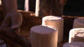 被结晶的盐团从煮沸的盐水的 模子帮助称一定数量的盐 库存照片