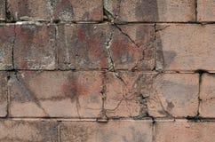 被绘和崩裂的桃红色cinderblock墙壁 免版税库存照片
