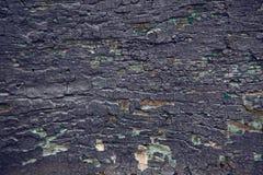 被绘的一部分的老紫色门木头 图库摄影