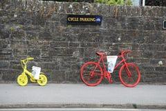 被绘的两辆葡萄酒自行车停放了对石墙 库存图片