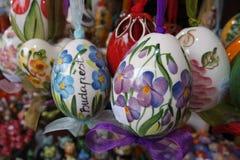 被绘的五颜六色的复活节彩蛋在街市上 免版税库存照片