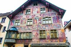 被绘的五颜六色的老房子在Schaffhaus的中世纪市中心 库存照片