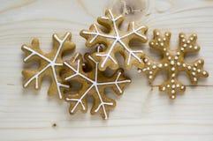 被绘的传统圣诞节姜饼在木盘子在白天,共同的鲜美甜点安排了假日,各种各样的形状 库存图片