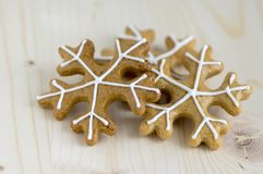 被绘的传统圣诞节姜饼在木盘子在白天,共同的鲜美甜点安排了假日,各种各样的形状 免版税图库摄影
