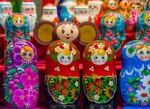 被绘的俄国玩偶在商店窗口里 免版税图库摄影