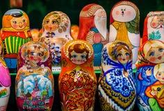 被绘的俄国玩偶在商店窗口里 免版税库存图片