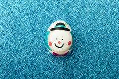 被绘的复活节彩蛋细节与小丑的形式的发光的蓝色的 免版税图库摄影