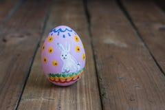 被绘的复活节鸡鸡蛋,画一只白色兔子 免版税图库摄影