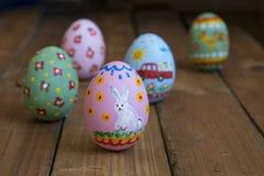 被绘的复活节鸡鸡蛋,画一只白色兔子 免版税库存图片