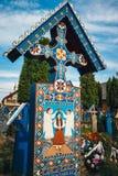 被绘的木十字架在著名快活的公墓在Maramures,那些公墓是独特的在Rom 免版税库存照片