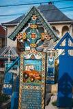 被绘的木十字架在著名快活的公墓在Maramures,那些公墓是独特的在Rom 免版税图库摄影