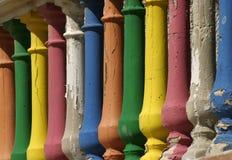 被绘的柱子门廊 免版税库存照片