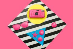 被绘的桃红色时尚胶卷相机、海星和太阳镜和在双重背景 几何概念,简单派 热的夏天震动 免版税图库摄影