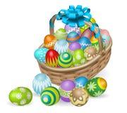 被绘的篮子五颜六色的复活节彩蛋 免版税库存图片