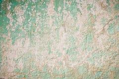 被绘的绿色墙壁崩裂了油漆 老墙壁纹理  免版税库存图片