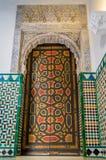 被绘的门和穆斯林在塞维利亚皇家城堡粉刷  库存照片