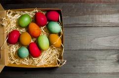 被绘的鸡在传统基督徒假日Easte怂恿 免版税库存图片