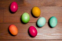 被绘的鸡在传统基督徒假日Easte怂恿 免版税库存照片