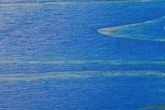 被绘蓝色和被涂清漆的松木背景 库存图片
