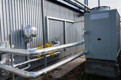 被绝缘的管道connecteed对站立灰色工业的冷却装置室外在地面上近对现代制造b 图库摄影