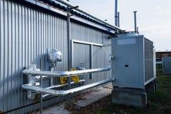 被绝缘的管道connecteed对站立灰色工业的冷却装置室外在地面上近对现代制造b 免版税库存图片