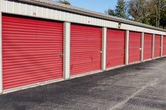 被编号的红色自已存贮和微型存贮车库单位 库存照片