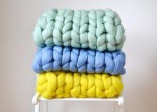 被编织的大桃红色薄荷黄色蓝色格子花呢披肩羊毛 库存照片