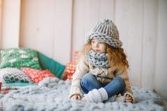 被编织的帽子和围巾的女婴 图库摄影