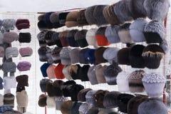 被编织的帽子行在市场上的待售在华沙,波兰失去作用 五颜六色的收藏失误排队的帽子 免版税图库摄影