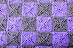 被编织的手工制造五颜六色的毯子紫外颜色 五颜六色的原物被编织的手工制造工作 钩针编织针 土气backgro 库存照片