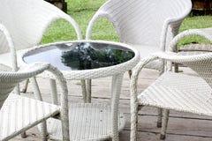 被编织的木桌和扶手椅子 库存图片
