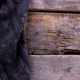 被编织的格子花呢披肩,在老木板的毛线衣 库存图片