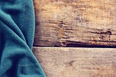 被编织的格子花呢披肩,在老木板的毛线衣 库存照片