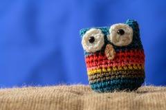 被编织的猫头鹰护身符 免版税库存照片