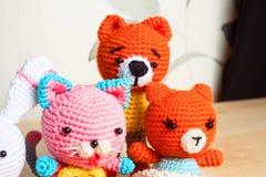 被编织的玩具猫,熊,兔子,野兔,手工制造 库存图片