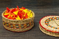 被编织的秸杆篮子与五颜六色的纸的 免版税库存图片