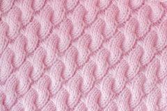 被编织的织品由毛纱桃红色颜色制成 模式 免版税图库摄影