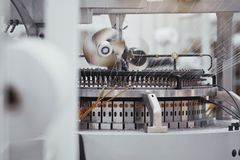被编织的织品 纺织品工厂在转动的生产线和一家旋转机械和设备生产公司中 图库摄影