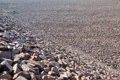被编译的水坝倾斜石头水 免版税库存图片