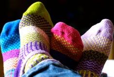 被编织的五颜六色的袜子朋友 免版税库存照片