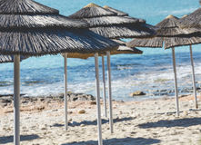 被编织的伞细节在行上的在海滩在塞浦路斯 库存图片