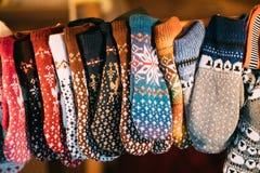 被编织的传统欧洲温暖的衣裳-手套在冬天圣诞节市场上 免版税图库摄影